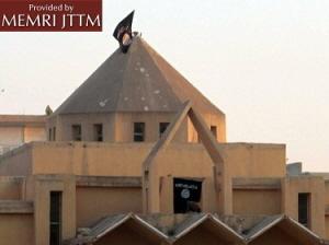 Flaga ISIS na dachu kościoła Zwiastowania w Al-Raqqa