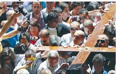 Arabscy chrześcijanie wchodzą do Bazyliki Grobu Pańskiego na Starym Mieście w Jerozolimie. Zdjęcie: REUTERS