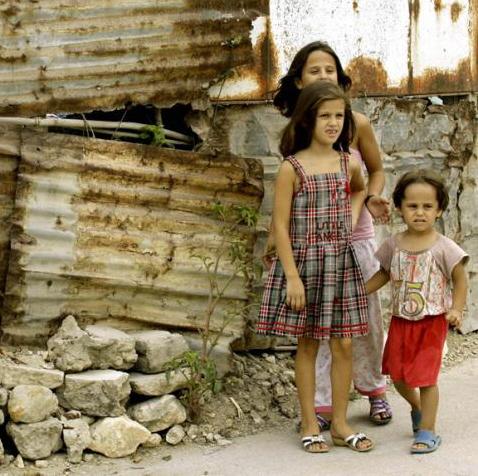 Rodzeństwo Israa, Alaa i Omar (R) w libańskim obozie dla palestyńskich uchodźców na przedmieściach Tyru. Rodzina uciekła z obozy Yarmouk pod Damaszkiem, który był ostrzeliwany przez artylerię armii syryjskiej. Zdjęcie z 6 sierpnia 2012, AFP - Mahmoud Zayyat. (Źródło: http://english.al-akhbar.com/node/11076 )