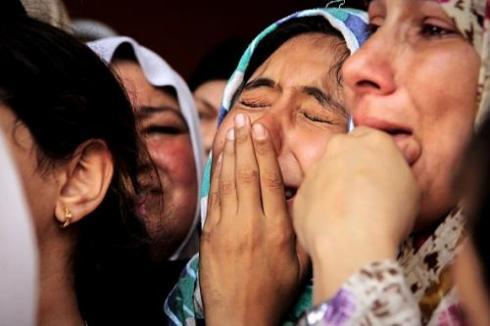 <br />Łzy w Gazie: palestyńska dziewczyna płacze podczas pogrzebu jej brata, zabitego podczas nalotu izraelskich sił powietrznych w tym tygodniu (Zdjęcie: Getty Images).