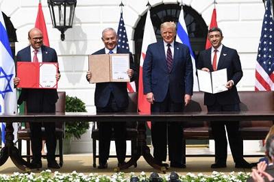 Od lewej do prawej: minister spraw zagranicznych Bahrajnu, Abdullatif Al-Zajani, premier Benjamin Netanjahu, prezydent USA, Donald Trump i minister spraw zagranicznych ZEA, and Abdullah bin Zajed Al-Nahjan podczas podpisywania Porozumień Abrahamowych w Białym Domu(Zdjęcie: AFP)