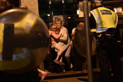 Nowa normalność? Policja pomaga ocalałym z zamachu terrorystycznego na London Bridge, 4 czerwca 2017. (Zdjęcie: Carl Court/Getty Images)<br />
