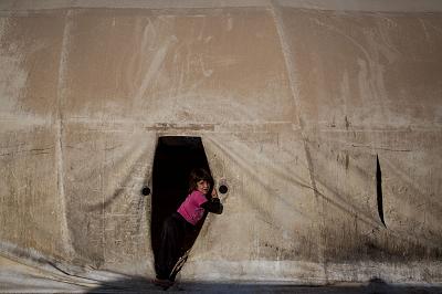 Na zdjęciu: Dziewczynka jazydzka w namiocie w obozie dla jazydzkich uchodźców wewnętrznych w Szarja w Iraku 12 listopada 2016 r. (Zdjęcie: Chris McGrath/Getty Images)