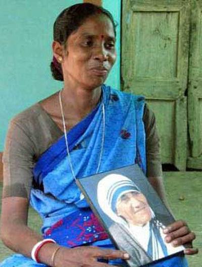 Monica Besra z obrazem Matki Teresy.