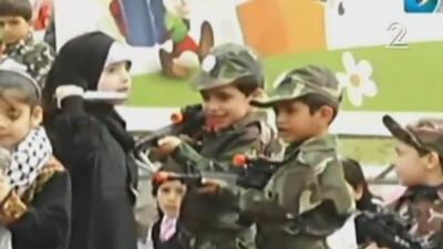 Dzieci w przedszkolu Hamasu grają sztukę o zabijaniu Żydów.