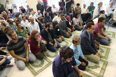 W Berlinie pierwszy meczet otworzył w zeszłym roku drzwi dla niezakwefionych kobiet i gejów, współzałożony przez turecko-niemiecką działaczkę praw człowieka, Seyran Ates. W odróżnieniu od tradycyjnych meczetów mężczyźni i kobiety modlą się razem w nowym meczecie. (Zdjęcie: Sean Gallup/Getty Images)
