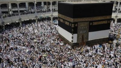 Pielgrzymi muzułmańscy modlą się przy świętym kamieniu Kaaba w Wielkim Meczecie przed doroczną pielgrzymką do Mekki.