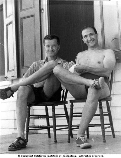 """Delbrück (po lewej) i Luria w Cold Spring Harbor Laboratory, podczas """"kursu fagów"""" pod koniec lat 1940. lub początku 1950."""