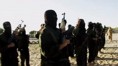 """Zrzut z ekranu z niedawnego wideo nagranego w Gazie przez Palestyńską Armię Islamską (PIA), w którym członkowie PIA przysięgają wierność """"Kalifowi"""" ISIS Abu Bakr Al-Baghdadiemu."""