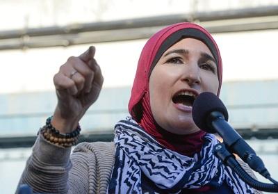 Aktywistka Linda Sarsour przemawia podczas protestu o nazwie Marsz o Rasową Sprawiedliwość w Nowym Jorku (zdjęcie:STEPHANIE KEITH/REUTERS)