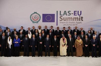 Pierwsze spotkanie na szczycie Unii Europejskiej (UE) i Ligi Arabskiej, znanej formalnie jako Liga Państw Arabskich (LPA) miał miejsce w dniach 24-25 lutego. Na zdjęciu Przywódcy UE i LPA na tym spotkaniu. (Zdjęcie: Dan Kitwood/Getty Images)