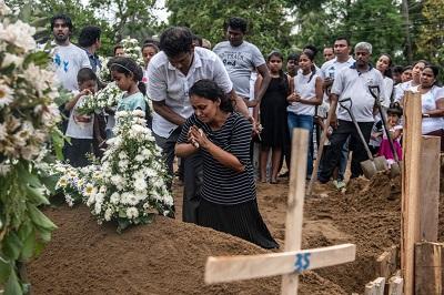 Sri Lanka po dżihadystycznej masakrze chrześcijan nie jest tylko straszliwą serią płaczących matek i małych trumienek. Niestety, mówi nam także wiele o przygnębiającym stanie umysłów na Zachodzie. Na zdjęciu: pogrzeb jednej z ofiar zamachu w Niedzielę Wielkanocną 21 kwietnia na Sri Lance (Zdjęcie: Carl Court/Getty Images)