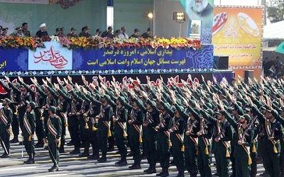 Teheran. Żołnierze Korpusu Strażników Rewolucji Islamskiej oddają hołd swoim przywódcom nazistowskim salutem.