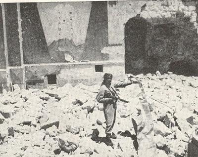 Dzielnica Żydowska we wschodniej Jerozolimie po jej zajęciu przez Legion Arabski w 1948 roku. Zdjęcie:wikipedia.