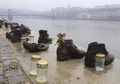 Pomnik masowych morderstw z II Wojny Światowej na brzegach Dunaju w Budapeszcie, 11 lutego 2014. Główna organizacja żydowska na Węgrzech postanowiła ostatnio zbojkotować tegoroczną oficjalną ceremonię upamiętnienia Holocaustu, jeśli nie pokaże się wyraźnie roli miejscowych obywateli w nazistowskich deportacjach (zdjęcie: REUTERS/BERNADETT SZABO)