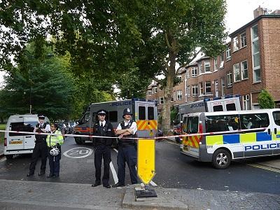 Londyńska policja przed stacją metra Parsons Green po terrorystycznym zamachu bombowym Ahmeda Hassana 15 września 2017. (Image source: Edwardx/Wikimedia Commons)