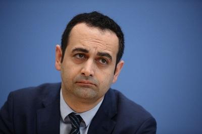 Bijan Djir-Sarai, urodzony w Iranie rzecznik spraw zagranicznych niemieckiej opozycyjnej Wolnej Partii Demokratycznej (FDP), ostro skrytykował przypochlebianie się rządu niemieckiego ajatollahom Iranu: \