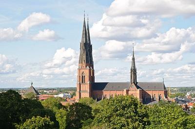 To, że tak duża instytucja jak Kościół Szwecji zbiera pieniądze w kościołach w całym kraju, żeby wspierać szkołę, która szerzy nienawiść i podżega do wojny, niewątpliwie powinno być niezmiernie problematyczne. Na zdjęciu: Katedra w Uppsali, kwatera główna Kościoła Szwecji (Zdjęcie: Jarvis/Wikimedia Commons)