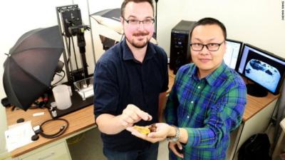 Ryan McKellar i Xing Lida (odkrywca okazu) z kawałkami bursztynu z tego samego miejsca. Zdjęcie CNN.
