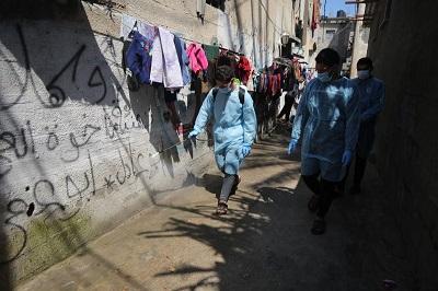 Wolontariusze w Gazie odkażają ulice. 16 marca 2020r. Zdjęcie Mohammed Asad.