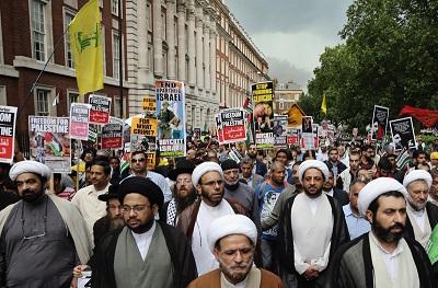 Wielka Brytania, na podstawie UK Terrorism Act 2000, zdelegalizowała niedawno finansowaną przez Iran organizację terrorystyczną Hezbollah. Według tego prawa członkostwo w zakazanej organizacji terrorystycznej jest przestępstwem, jak również jest nim wspieranie jej, nie tylko finansowe, ale także wyrażanie poparcia i orędowanie na jej rzecz, jak również publiczne pokazywanie insygniów lub innych symboli tej organizacji, takich jak jej flaga. Na zdjęciu: Marsz w Dzień Al-Kuds w 2014 r. w Londynie. Flaga Hezbollahu jest trzymana wysoko. (Zdjęcie: Dan Kitwood/Getty Images)