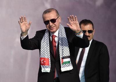 Hamas, grupa terrorystyczna rządząca Strefą Gazy, jest jedyną grupą palestyńską, która poparła wojnę tureckiego prezydenta, Recepa Tayyipa Erdogana z Kurdami w Syrii. Na zdjęciu: Erdogan na wiecu poparcia dla Hamasu, 18 maja 2019 r. w Stambule w Turcji. (Zdjęcie: Getty Images)