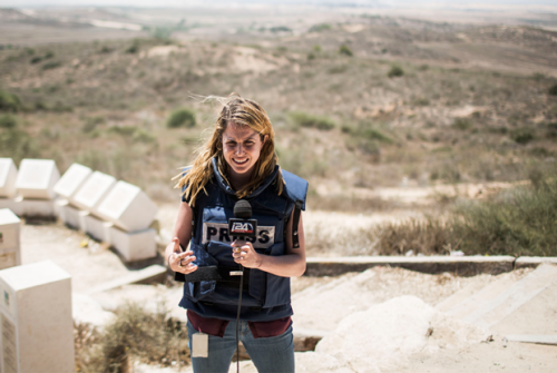 Dziennikarka telewizyjna w pobliżu granicy między Izraelem a Gazą na początku 24-godzinnego zawieszenia broni 27 lipca 2014 r. (Ilia Yefimovich/Getty Images)
