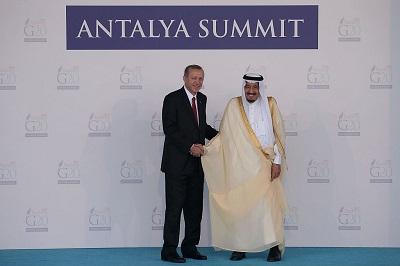 Turcja, z własnym islamistycznym programem i próbami rywalizowania z saudyjskimi wpływami w sunnickim świecie, jest szczęśliwa mogąc dyskredytować wahabicki dom królewski z powodu zabicia Dżamala Chaszodżdżiego. Na zdjęciu: Turecki prezydent Recep Tayyip Erdoğan (po lewej) wita saudyjskiego króla Salmana bin Abdulaziza 15 listopada 2015 r. w Antalyi w Turcji. (Zdjęcie: Chris McGrath/Getty Images)