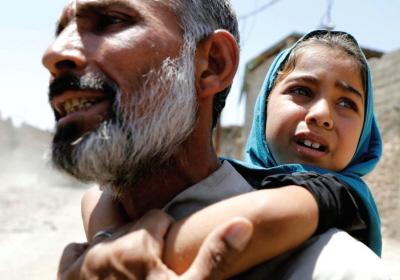 Mężczyzna niesie córkę na plecach po ucieczce z domu z powodu walk między siłami irackimi a bojówkarzami Państwa Muzułmańskiego w dzielnicy al-Zandżili w Mosulu w Iraku. (zdjęcie: REUTERS/ERIK DE CASTRO)