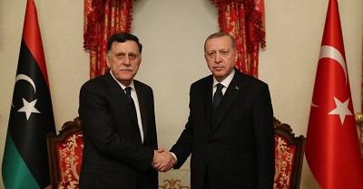 Turecki prezydent Recep Tayyip Erdogan (po prawej) z Fayezem al-Sarrajem, premierem jednego z dwóch libijskich rządów. Luty 2020r.