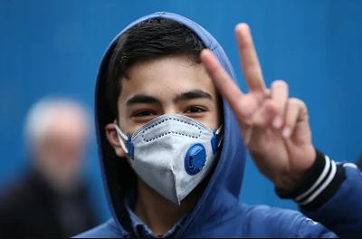 Irański nastolatek cieszy się z powodu zdobycia maski.