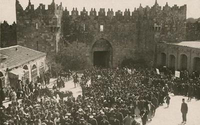 """Niedawna przemoc w Jerozolimie wybuchła z jednego jedynego powodu: nienawiści do Izraela i Żydów. Wezwania do mordowania Żydów (""""O, Żydzi, pamiętajcie Chajbar; armia Mahometa powraca"""") są przypomnieniem, że dzisiaj dla wielu ta wojna z siódmego wieku trwa nadal. Na zdjęciu: Tłum Arabów na antysyjonistycznej demonstracji przed Bramą Damasceńską w Jerozolimie 8 marca 1920 w przeddzień święta Nabi Musa (Public domain)"""