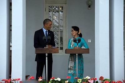 """Przywódczyni Mjanmy, Aung San Suu Kyi, zaprzecza oskarżeniom, że siły bezpieczeństwa kraju przeprowadzają """"czystkę etniczną"""". Na zdjęciu: Ówczesny prezydent Barack Obama z Aung San Suu Kyi, Rangunie, Mjanma, 14 listopada 2014. (Zdjęcie: U.S. State Department)"""