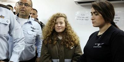 <span>Palestyńska nastolatka, Ahed Tamimi wchodzi do sali sądowej eskortowana przez izraelski personel więzienny z więzienia Ofer w pobliżu Ramallah, 15stycznia 2018. Zdjęcie: Reuters / Ammar Awad.</span>