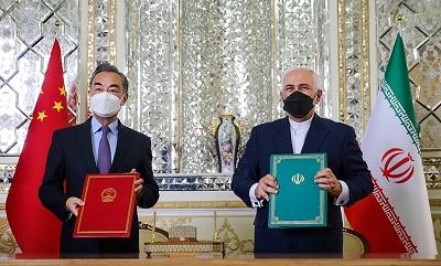 Wang_Yi_and_Mohammad_Javad_Zarif_at_the_Ministry_of_Foreign_Affairs_of_Iran_2021-03-27Strategiczne, 25-letnie porozumienie Chin z Iranem o współpracy gospodarczej i w sprawach bezpieczeństwa, które wydaje się podobne do kolonialnych porozumień, przyznaje komunistycznym Chinom znaczne prawa do irańskich zasobów. Wyciekły informacje, które ujawniają, że jednym z warunków porozumienia jest to, że Chiny zainwestują niemal 400 miliardów dolarów w irański przemysł naftowy, gazowy i petrochemiczny. Na zdjęciu: Minister spraw zagranicznych Iranu, Mohammad Dżavad Zarif (po prawej) i minister spraw zagranicznych Chin, Wang Yi, podczas podpisywanie 25-letniego porozumienia w Teheranie, 27 marca 2021 r.(Fars news agency via Wikimedia)