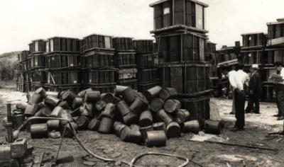 Rok 1971, wyciek pentachlorophenolu w bazie ameryka�skiej na Okinawie. National Archives. http://en.wikipedia.org/wiki/Operation_Red_Hat