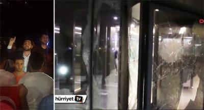 """Abdurrahim Boynukalin (pośrodku lewego zdjęcia), członek parlamentu tureckiego z ramienia rządzącej partii AKP, przewodzi motłochowi przed redakcja gazety """"Hurriyet"""", 6 września 2015. Po prawej, rozbite okna hallu budynku po ataku kamieniami."""
