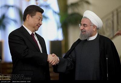Nowa tajna umowa wydaje się dawać Chinom znaczną kontrolę nad Iranem. Rządzący mułłowie sprzedają kraj Chinom, tak jak to już zrobiło kilka rządów w Afryce. Pekin wydaje się bardzo zadowolony z możliwości zawierania umów z dyktatorami, ignoruje łamanie przez nie praw człowieka i ograbia te kraje, by wspierać własne ambicje globalnej hegemonii. Na zdjęciu: irański prezydent Hassan Rouhani (po prawej) i chiński prezydent Xi Jinping spotykają się 23 stycznia 2016 r. w Teheranie w Iranie. (Zdjęcie:Islamic Republic News Agency)