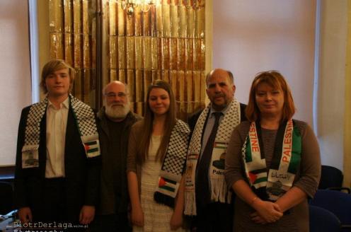Oczywiście Jeff Halper bywał również w Polsce, gdzie ma całe rzesze wielbicieli. Na zdjęciu (drugi z lewej) odwiedza polskie liceum wraz z Omarem Farisem, propagującym bohaterstwo takich morderczyń jak Dalal Mughrabi. (Pan Omar F. - drugi z prawej.)