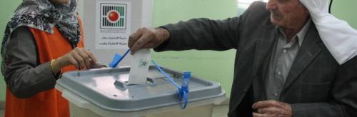 Palestyńczyk wrzuca kartę wyborczą podczas wyborów samorządowych w mieście Al-Bireh, 20 października 2012.Banner, zdjęcie: Issam Rimawi / Flash90