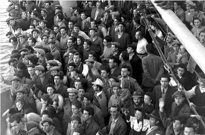 """<span>Żydowscy imigranci z Europy na statku S.S. Atzmaut (po hebrajsku """"Niepodległość"""") w drodze do portu w Hajfie zaledwie na kilka tygodni przed 14 maja 1948. (photo credit: REUTERS)</span>"""