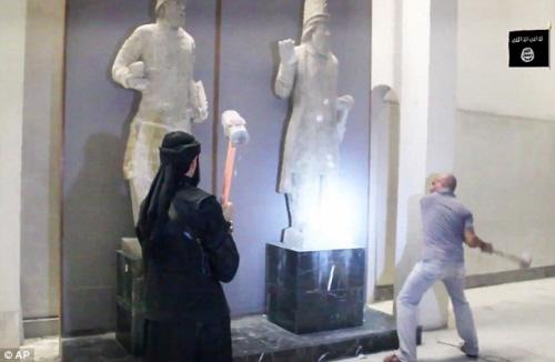 ISIS wyburzyło spychaczami zabytkowe budowle w starożytnym mieści Dur Szarukkin i rozbiło asyryjskie pomniki w muzeum w Mosulu. W opanowanym przez ISIS Mosulu: Fanatycy rozbijają starożytne artefakty...