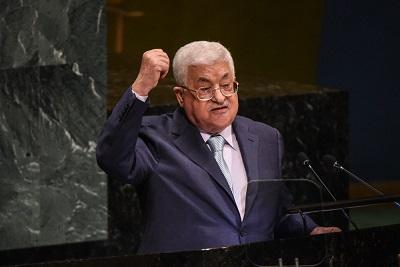 """Coraz częstsze słowa o możliwości, że niektóre kraje arabskie normalizują swoje stosunki z Izraelem, skłoniły Palestyńczyków do rozpoczęcia kampanii nacisków na arabskich przywódców, by powstrzymali się przed takim krokiem. Najnowsza taka kampania nosi tytuł """"Normalizacja jest zbrodnią"""". Na zdjęciu: prezydent Autonomii Palestyńskiej, Mahmoud Abbas. (Zdjęcie: Stephanie Keith/Getty Images)"""