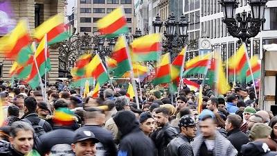 Kurdowie protestujący przeciwko Erdoganowi w Niemczech (Zdjęcie: AP))