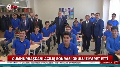 Na zdjęciu: turecki prezydent Recep Tayyip Erdoğan odwiedza religijną szkołę \