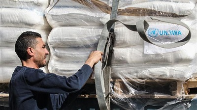 Palestyńczycy w Strefie Gazy znowu są zagniewani – tym razem, jak twierdzą, ponieważ oferowano im miliardy dolarów, by polepszyć ich warunki życia i zbudować nową i silną gospodarkę. Na zdjęciu: Ciężarówki z pomocą z UNRWA przybywają do Strefy Gazy z Izraela przez przejście graniczne Kerem Szalom. Press TV, zrzut z ekranu.