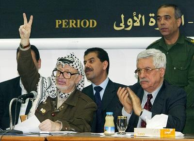 Na zdjęciu: Ówczesny przywódca Autonomii Palestyńskiej (AP) Jaser Arafat (po lewej) z ówczesnym premierem AP Mahmoudem Abbasem (po prawej) 29 kwietnia 2003 r. (Zdjęcie David Silverman/Getty Images)