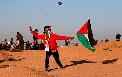 Palestyńscy protestujący przy plocie granicznym między Gazą a Izraelem(Zdjęcie: AFP)