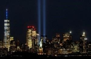 Widok Statuy Wolności i One World Trade Center, kiedy Hołd Światła zapalono na Manhattanie, by upamiętnić 19. rocznicę ataków z 11 września 2001 roku na World Trade Center. Z 9/11 Memorial & Museum na Manhattanie w Nowym Jorku (zdjęcie: REUTERS)