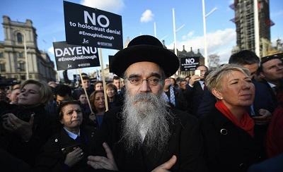 Brytyjscy Żydzi protestują przed parlamentem przeciwko Jeremy'emu Corbynowi. (Zdjęcie EPA)